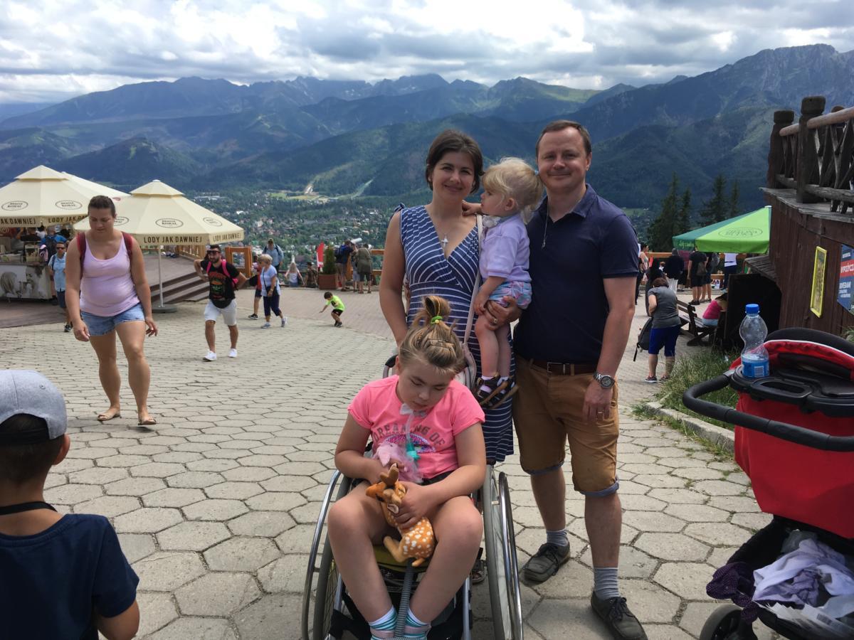 Marysia i Ania z rodzicami na Gubałówce