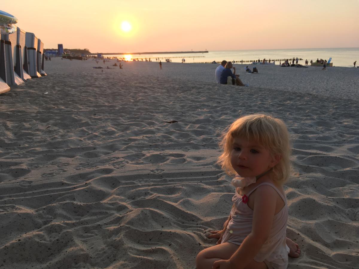 Ania nad morzem o zachodzie słońca