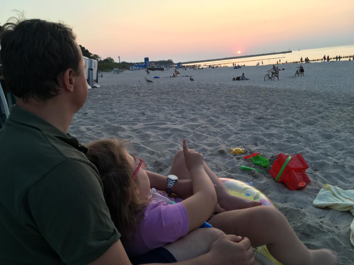 Marysia ogląda zachód słońca nad morzem