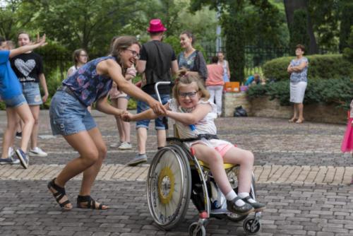 Marysia tańczy z wolontariuszka na X zjeździe Małych Bohaterów w Wieliczce