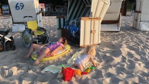 Marysia i Ania na plaży w Ustce