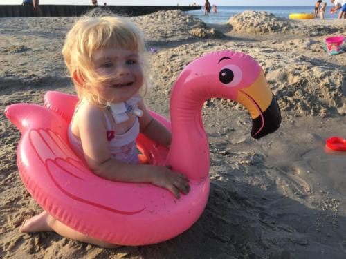 Ania  w różowym dmuchanym łabędziu na plaży w Ustce