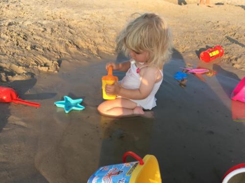 Ania bawi się na plaży w Ustce