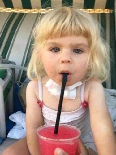 Ania na plaży w Ustce pije ze słomki